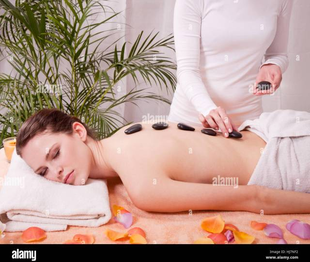 Attraktve Young Woman Gets A Hot Stone Massage Stock Image