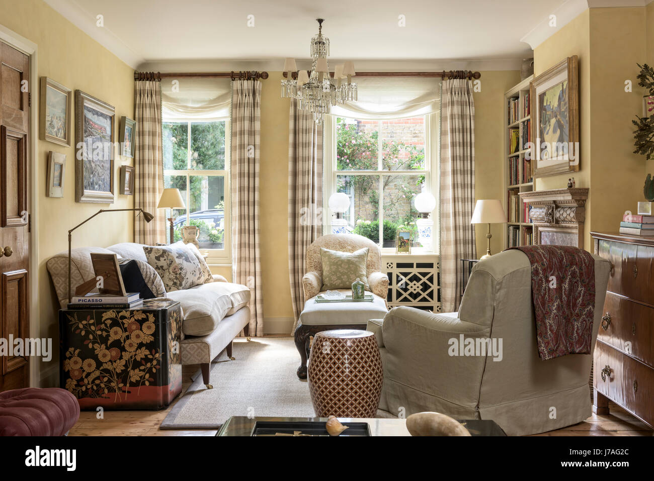 Traditional English Style Living Room With Howard Style