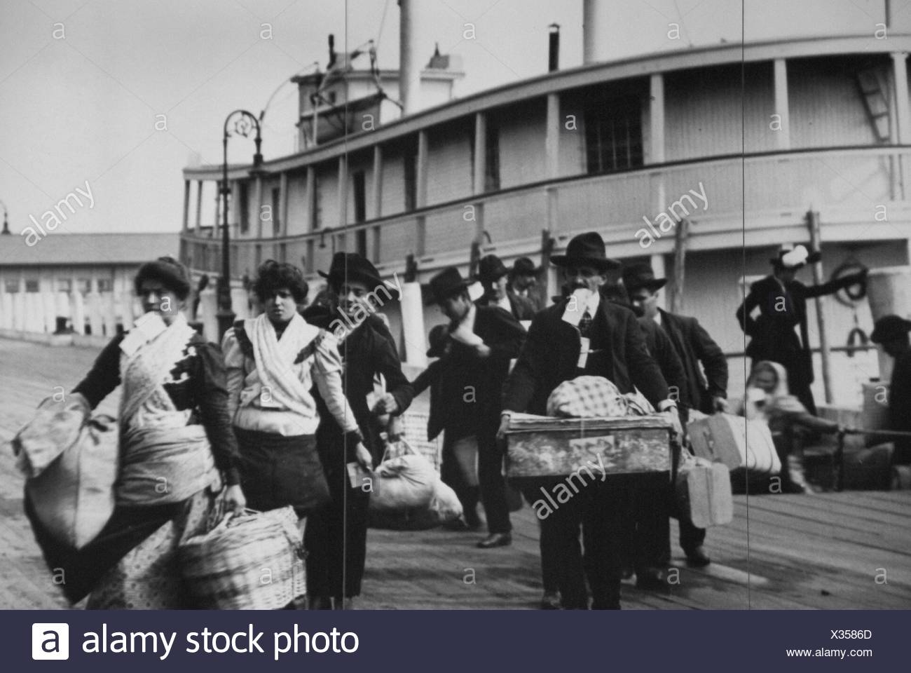History Usa New York Immigrants Arriving From Europe At