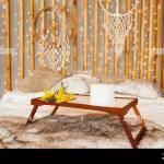 Gelber Mimosa Blumenstrauss Auf Dem Holztisch Fruhstuckstablett Im Bett Boho Schlafzimmer Wanddekor Aus Holz Mit Girlanden Lampen Und Traumfangern Stockfotografie Alamy