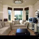 Beige Sofas In Creme Wohnzimmer Mit Schwarzen Vorhangen Auf Erker Und Fernsehen Am Regal Neben Kamin Stockfotografie Alamy