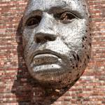 Metall Gesicht Skulptur An Aussenwand Des Lincoln City Drill Hall Vom Kunstler Rick Kirkby Stockfotografie Alamy