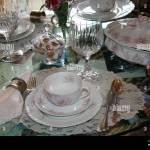 Still Leben Foto Alte Vintage Antik China Speisesaal Porzellan Geschirr Set Mit Spitze Und Kristall Weinglaser Besteck Stockfotografie Alamy