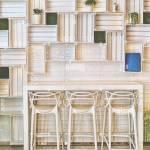 Bar Hocker Im Modernen Caffe Oder An Der Wand Der Kuche Zu Hause Schones Hotel Lounge Bar Mit Weissen Drei Barhocker Sitze Regale Tisch Und Flo Stockfotografie Alamy