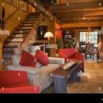 Beleuchteten Wohnzimmer Gepolstert Rot Sitzend Stuhle Grau Sofa Plus Anzeigen Esszimmer Tisch Stuhle Im Hintergrund In Einer Stockfotografie Alamy