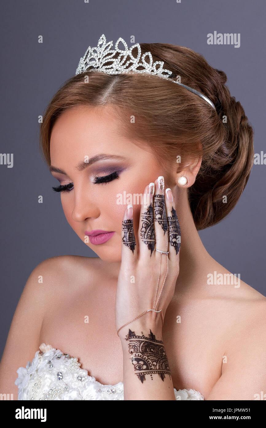 Schone Braut Mit Make Up Und Frisur Sammelte Uber Weissem