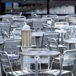 Aus Aluminium Und Metall Designer Tische Und Stuhle Auf Der Terrasse Ausserhalb Der Ein Cafe Oder Ein Restaurant Zu Einem High Street Shopping Centre Tische Und Stuhle Stockfotografie Alamy