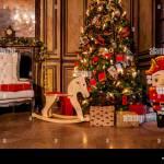 Weihnachten Dekoration In Den Grunge Zimmer Mit Kamin Horse Rocking Kids Stuhl Klassische Neues Jahr Baum Mit Geschenken Stockfotografie Alamy