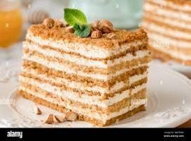 Honig Kuchen Medovik auf weiße Platte. 2 in 1 Honig Kuchen ...