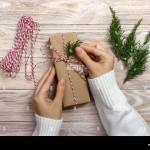 Frau Verpacken Geschenke Fur Weihnachten Hande Von Frau Dekoration Weihnachten Geschenkverpackung Stockfotografie Alamy