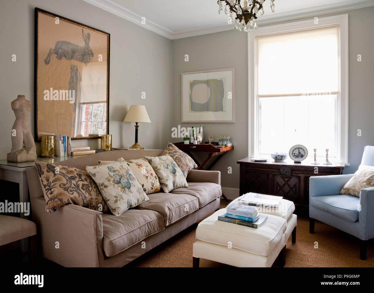 Florale Bettwasche Kissen Beige Sofa In Hellem Grau