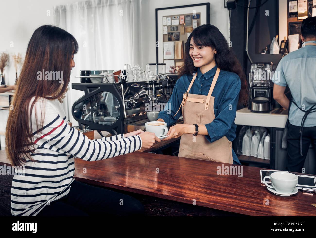 barista serviert heisse tasse kaffee an