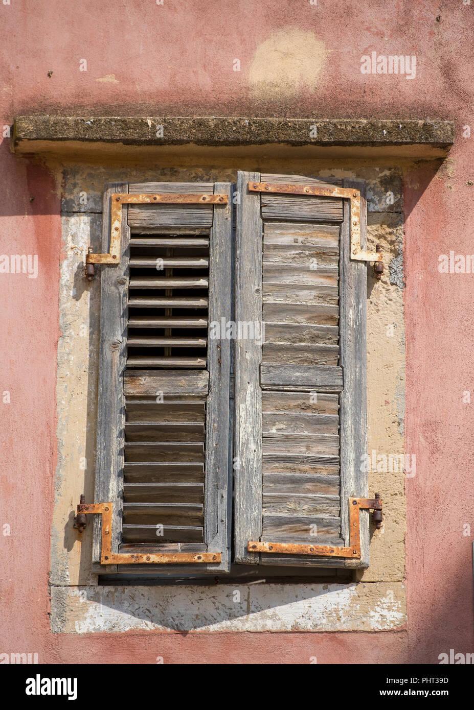 Eine alte griechische Gebäude mit abblätternder Farbe auf einige
