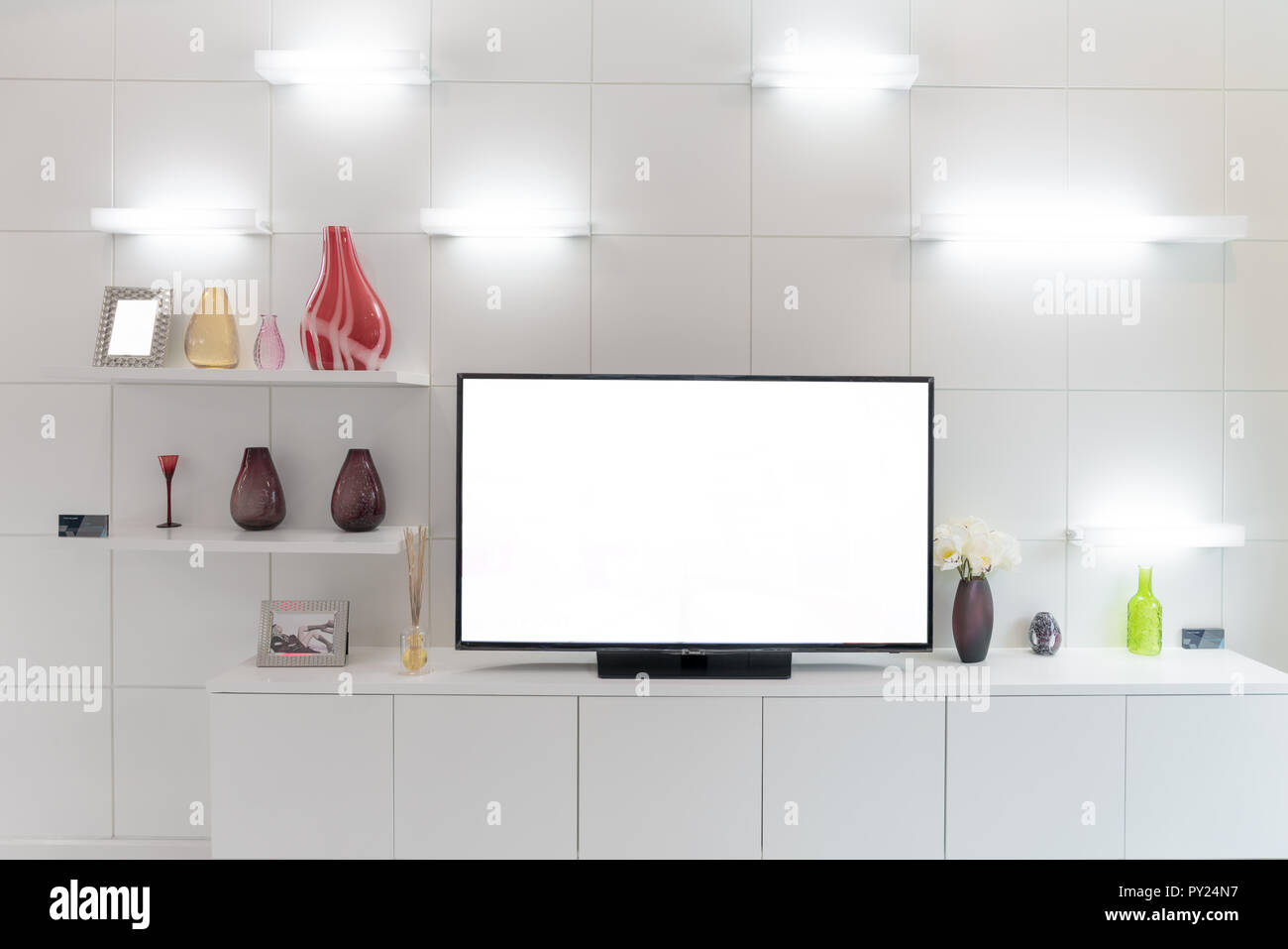 tv und regal im wohnzimmer zeitgenossischen stil holz mobel in weiss mit dekorativen zu hause