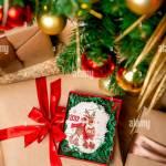 Cookie Mit Rehen Und Zahlen 2019 Im Karton Auf Ein Geschenk In Der Nahe Der Geschmuckte Tannenbaum Ansicht Von Oben Urlaub Sussigkeiten Silvester Und Weihnachten Thema Stockfotografie Alamy