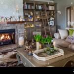 Gemutliches Wohnzimmer Mit Lodernden Feuers Stockfotografie Alamy