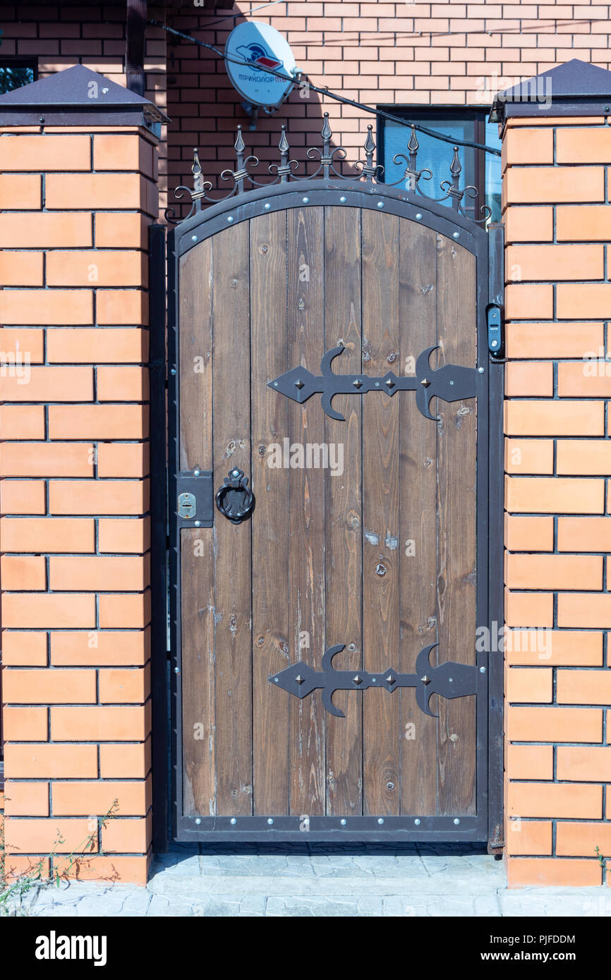 https www alamy es puerta de madera de entrada al patio con bisagras forjadas image217928080 html
