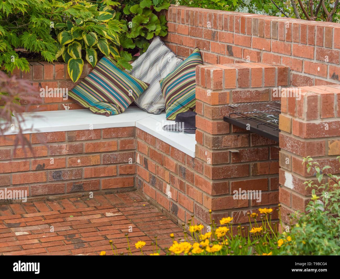 https www alamy es patio de ladrillo al aire libre y una zona para sentarse en el jardin image246728388 html
