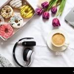 El Concepto Con El Cafe De La Manana En Un Estilo Romantico En La Cama Tulipanes Flores Purpura Caja De Donas Y Cafe Sentar Planas Vista Desde Arriba Fotografia De Stock