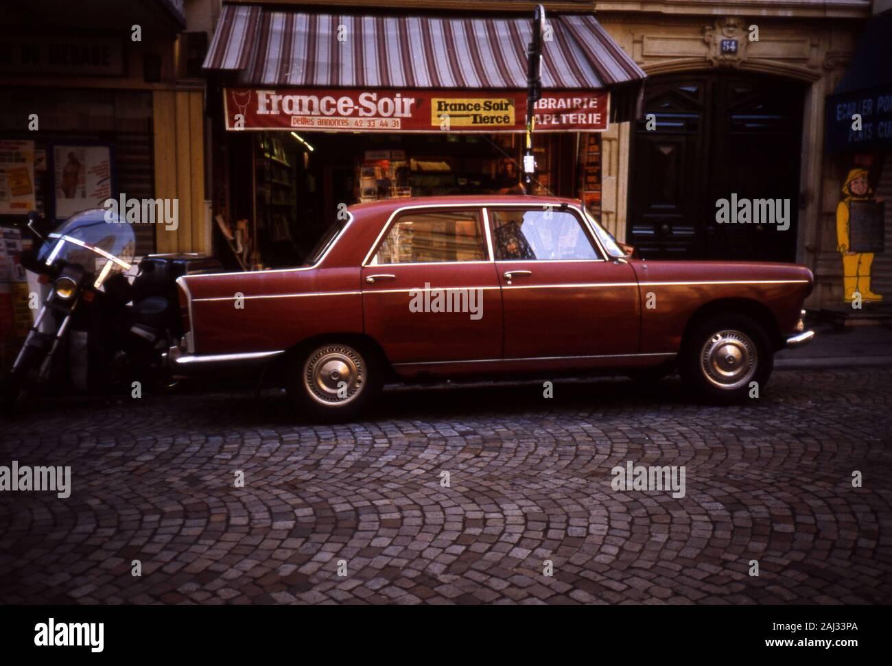 https www alamyimages fr la photographie de rue paris une peugeot 404 berline garee avant d une nouvelle boutique de papier dans la rue montmartre paris paris voiture voiture classique dans la rue film diapo couleur frederic beaumont image338129634 html