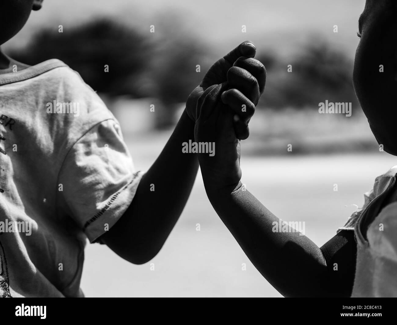 https www alamyimages fr photo en noir et blanc de l enfant africain enfants noirs gros plan image366601567 html