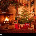 Decorations De L Arbre De Noel Traditionnel Feu De Cheminee Photo Stock Alamy