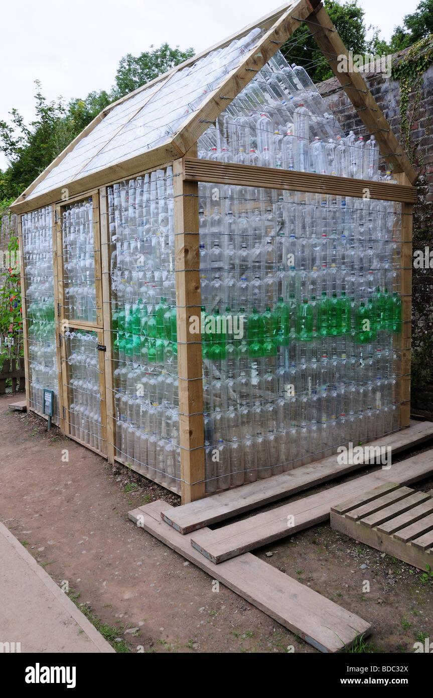 https www alamyimages fr photo image serre abri de jardin en bois et de bouteilles en plastique recyclees jardin botanique national du pays de galles llanarthne carmarthenshire 25466754 html