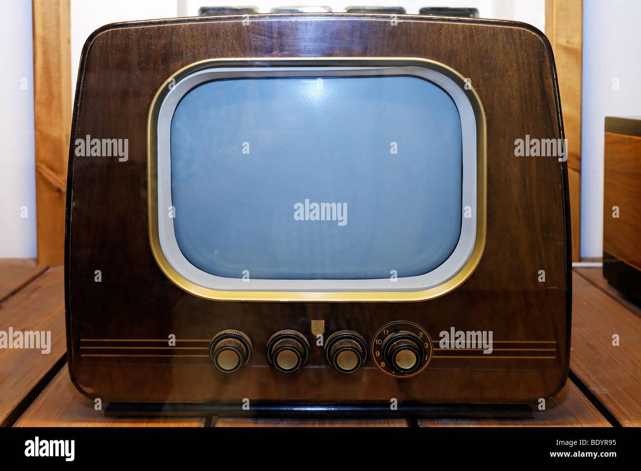 https www alamyimages fr photo image petite tv noir et blanc des annees 50 marque philips l alimentation et de la vie musee de la ruhr de recklinghausen sous station north rhine 25811889 html