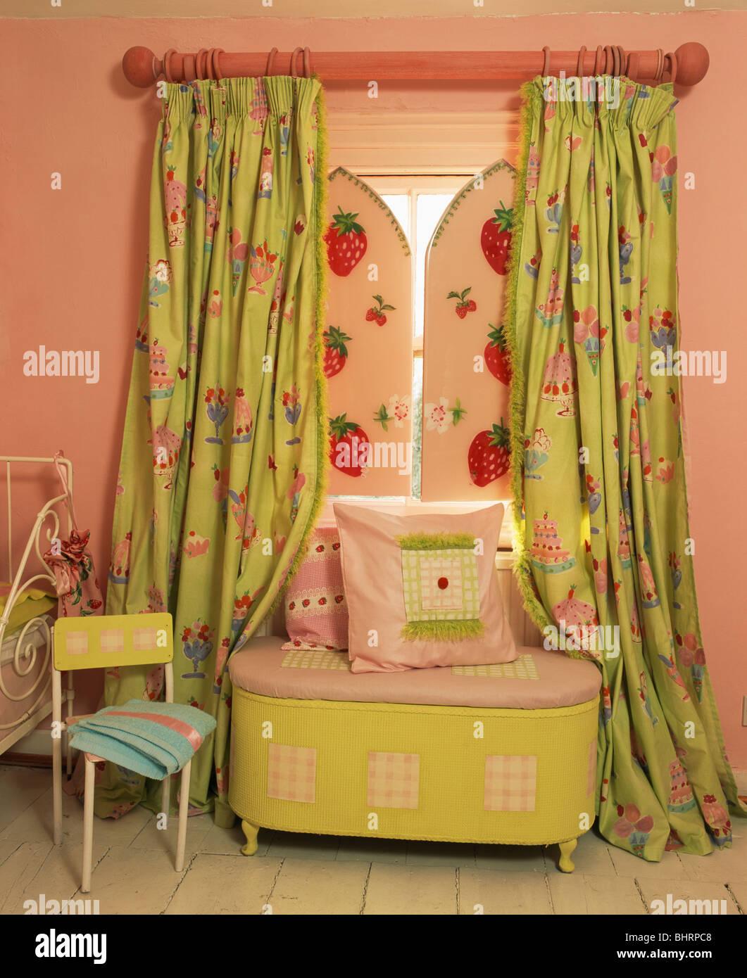 https www alamyimages fr photo image coussins sur lime coffre vert ci dessous fenetre avec rose rideaux verts et fraise volets a motifs de l enfant en chambre rose 28182008 html