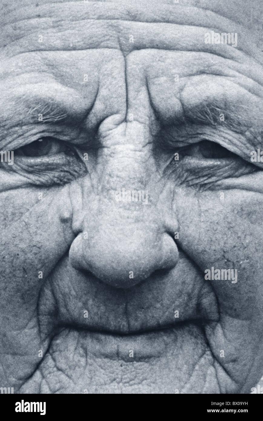 https www alamyimages fr photo image vieille femme vieillesse personne agee vieillesse rides pli nature personne personnes portrait noir et blanc 33199253 html