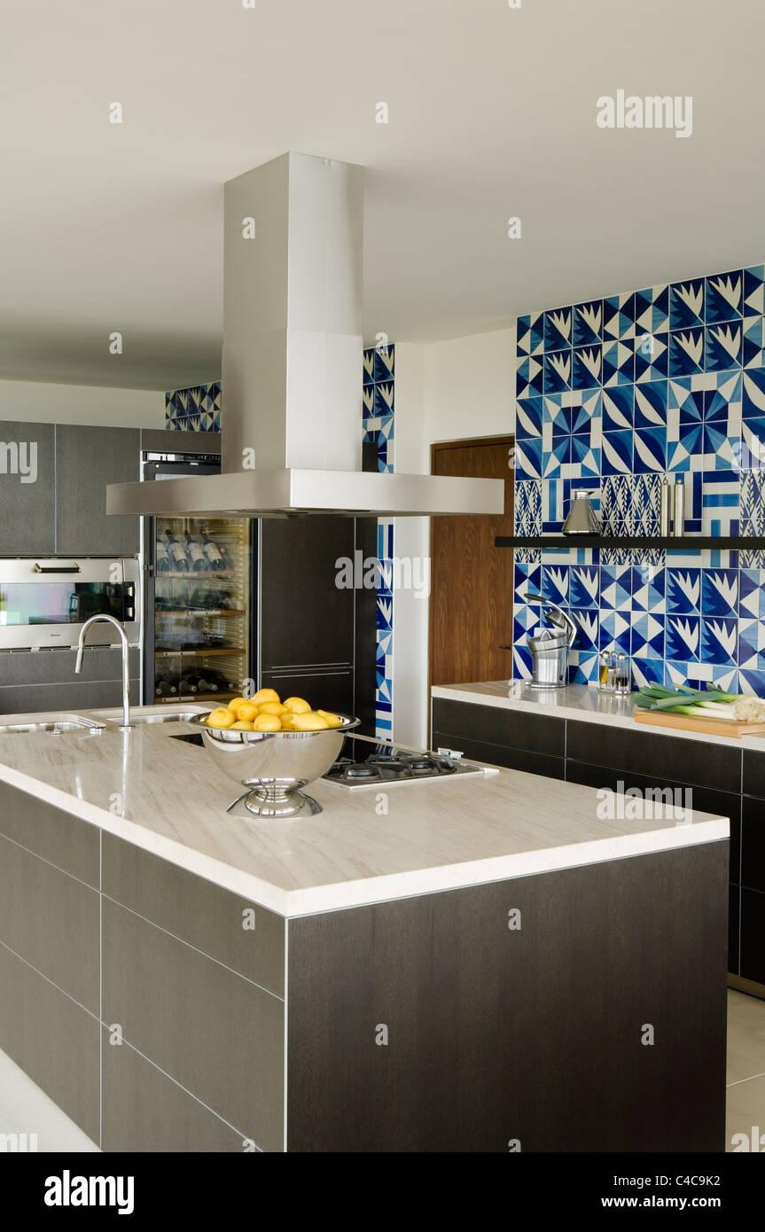 Cuisine Moderne Avec Carrelage Bleu Et Blanc Dans Une Villa En Espagne Photo Stock Alamy