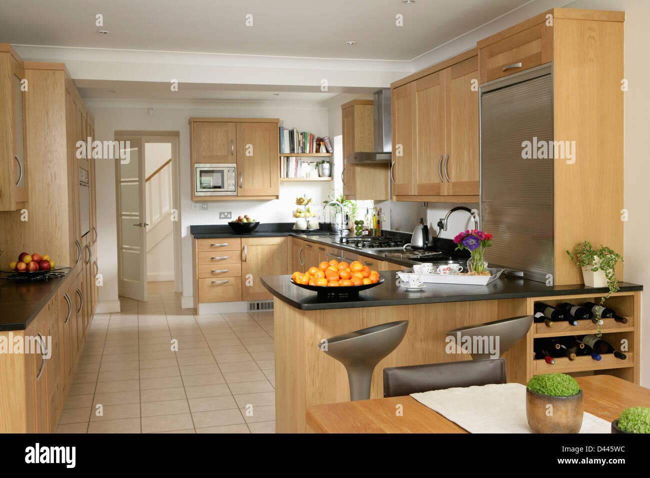 https www alamyimages fr photo image en carrelage blanc avec cuisine moderne equipee en bois pale et unites de rack de stockage vin integrale 54182168 html