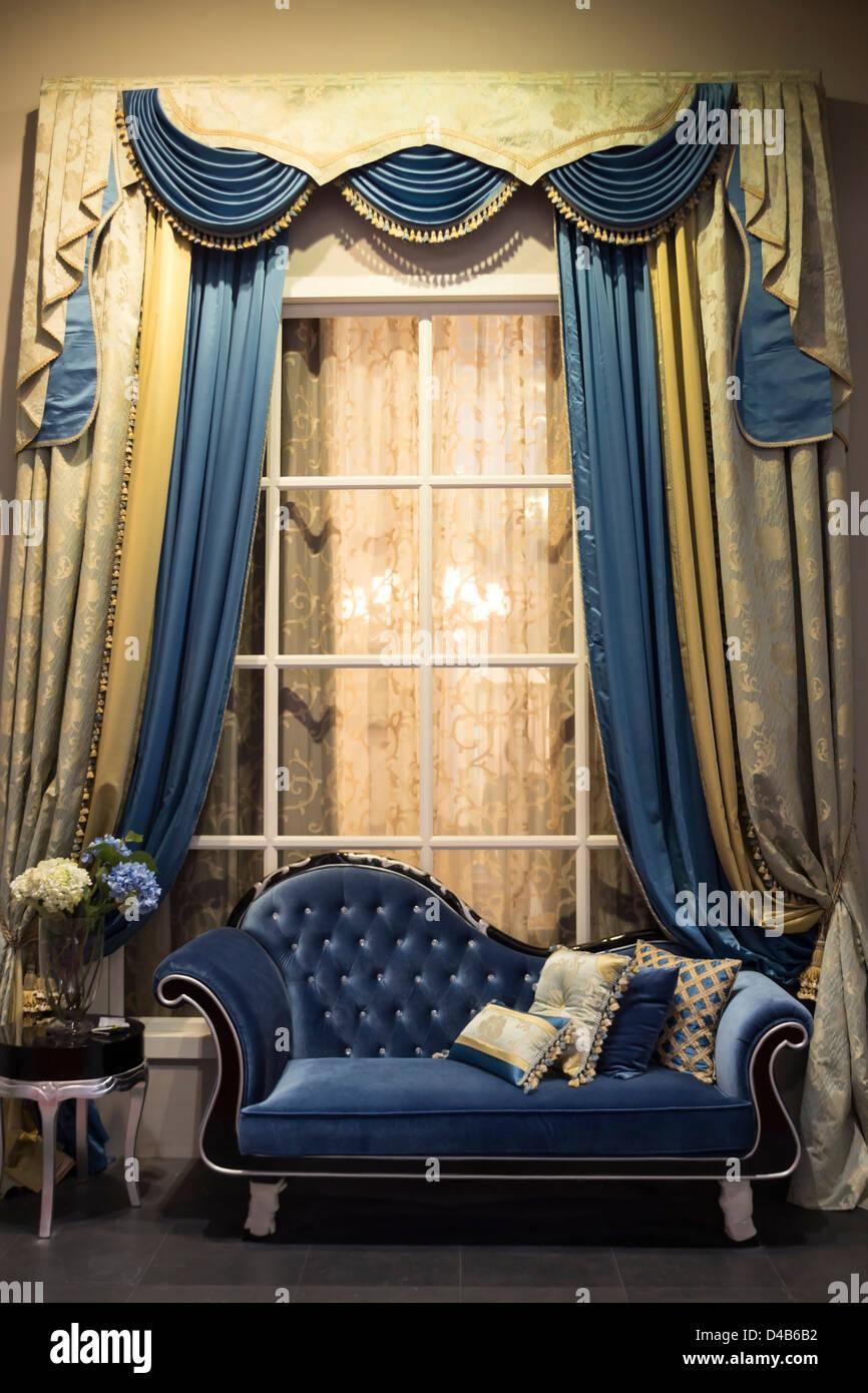 https www alamyimages fr photo image interieur de style ancien avec canape et rideaux 54336214 html