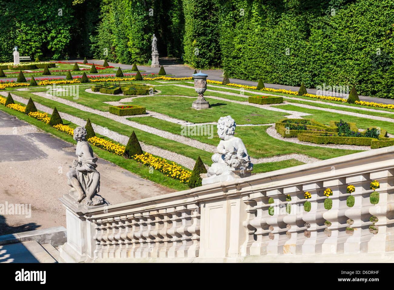 https www alamyimages fr photo image un coin des jardins a la francaise du 17eme siecle palais royal de wilanow a varsovie pologne 55622939 html