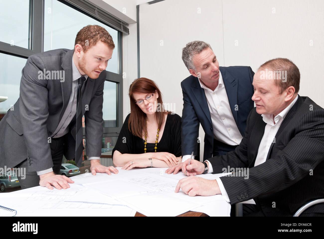 https www alamyimages fr quatre personnes autour d une table de salle de reunion image68451399 html