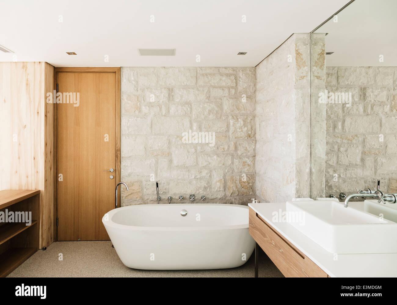 https www alamyimages fr photo image les murs de pierre derriere une baignoire dans une salle de bains moderne 71135140 html