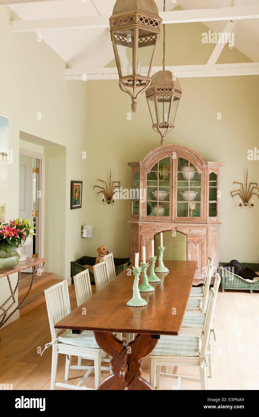 https www alamyimages fr photo image ancienne ferme francaise tableau de salle a manger avec des chaises de style suedois et francais anciens placard 71185137 html