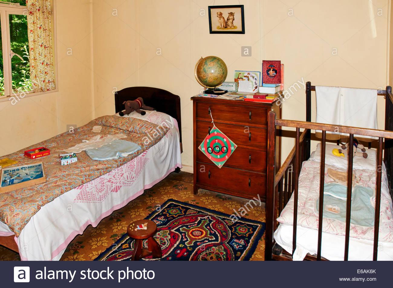 https www alamyimages fr photo image une chambre a coucher de childrens style annees 50 avec un lit simple et un lit bebe 72764011 html