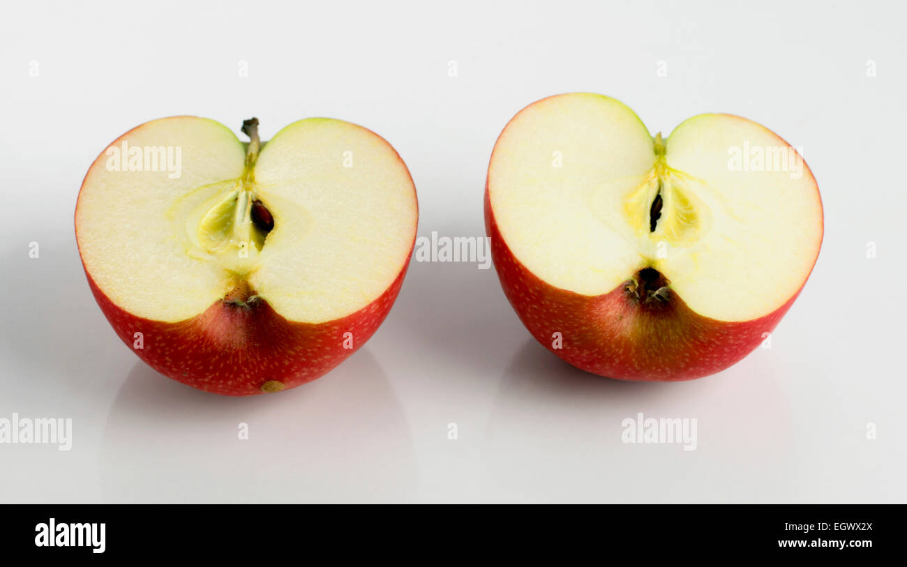 https www alamyimages fr photo image pomme rouge coupe en deux moities 79245234 html