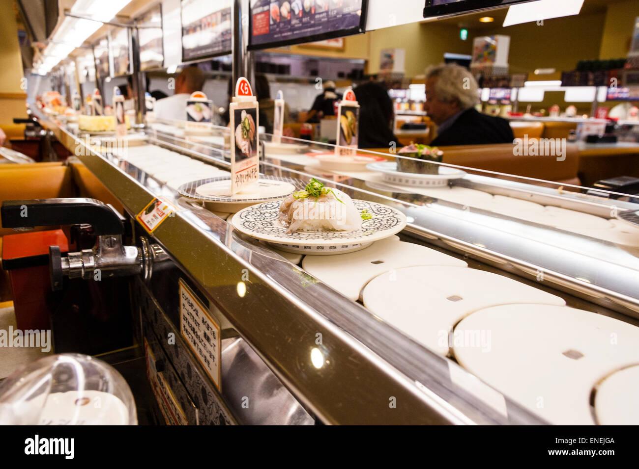 https www alamyimages fr photo image interieur d un restaurant de sushis japonais typique gros plan de divers sushis et aliments sur des assiettes se deplacant le long du tapis roulant 82071146 html