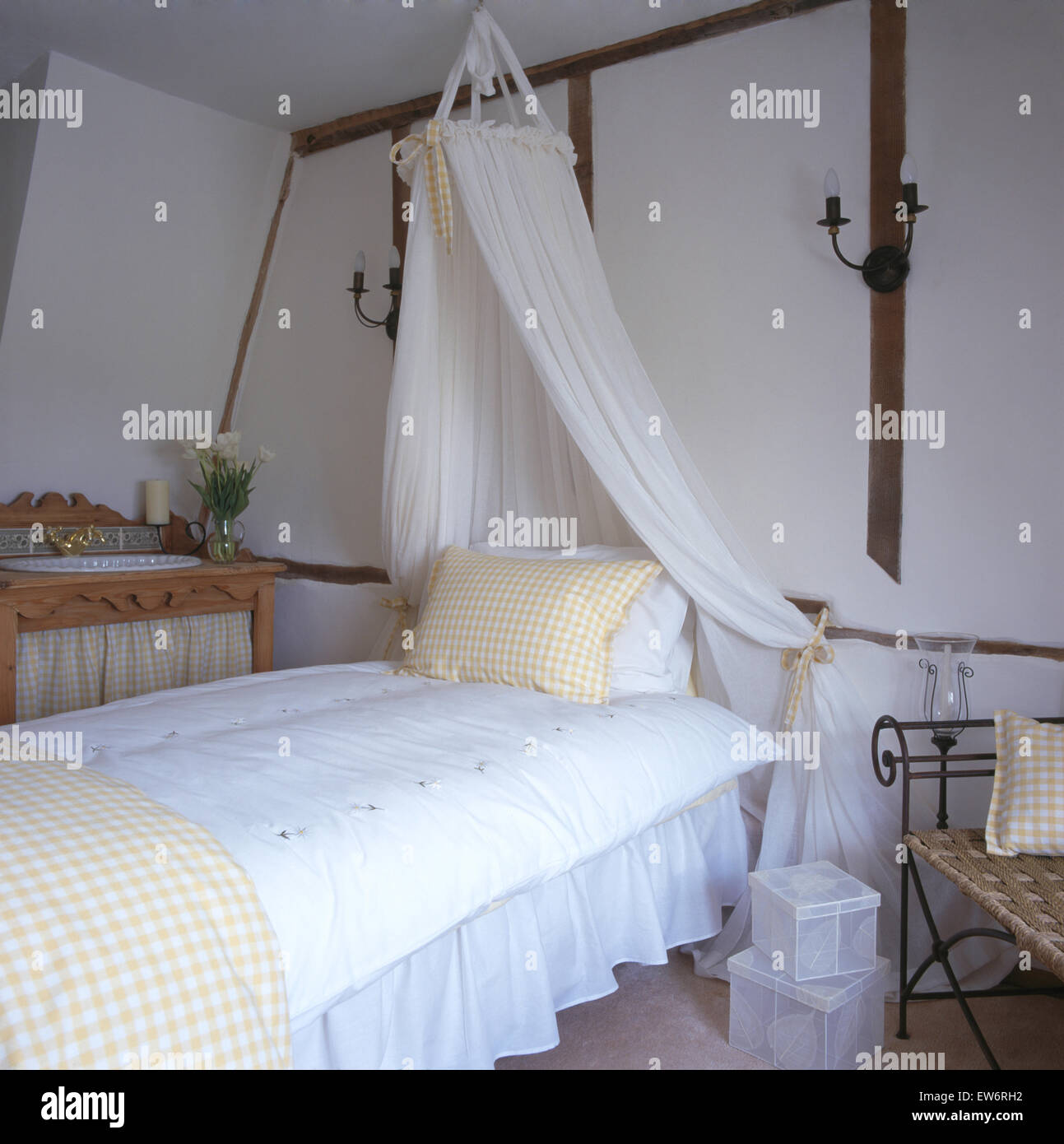 https www alamyimages fr photo image coronet avec voile blanc rideaux au dessus de lit avec couette blanche dans 90 chambres cottage 84358094 html