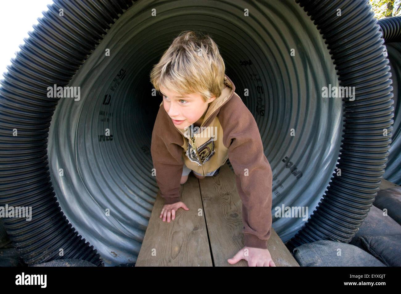 https www alamyimages fr photo image garcon ramper dans tunnel dans jeux pour enfants 86021008 html