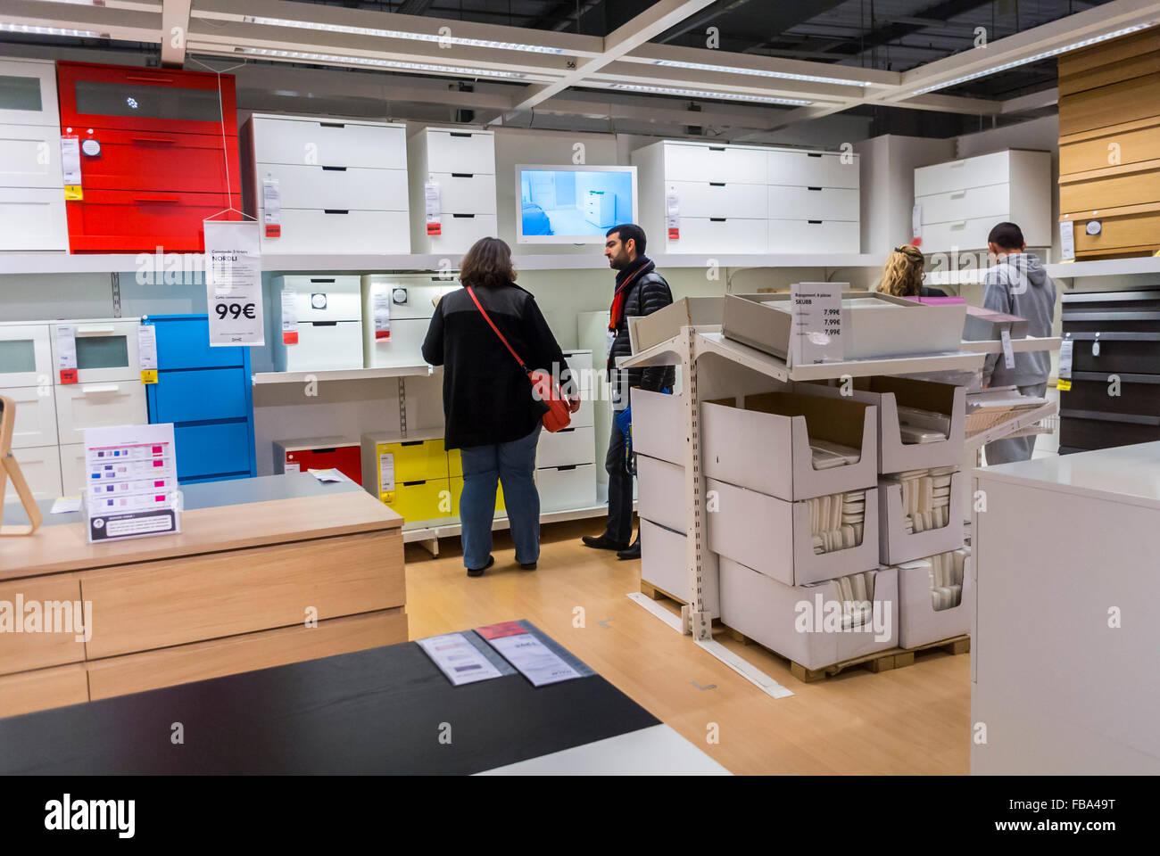 paris france jeune couple moderne dans la maison bricolage meubles prets a assembler magasin ikea dans les banlieues les fournitures de bureau d