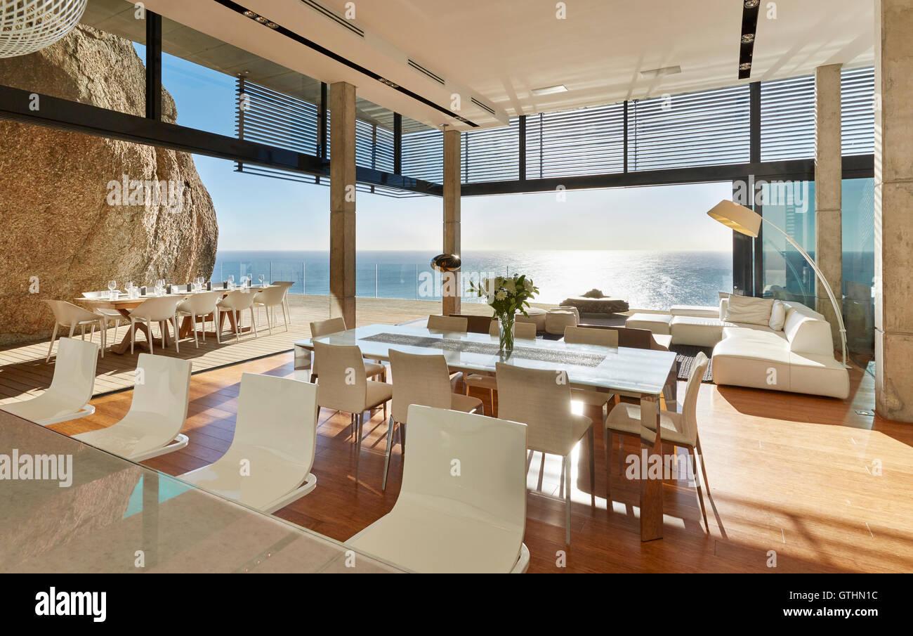 https www alamyimages fr photo image home vitrine de luxe moderne salle a manger et salon avec vue sur l ocean 118403640 html
