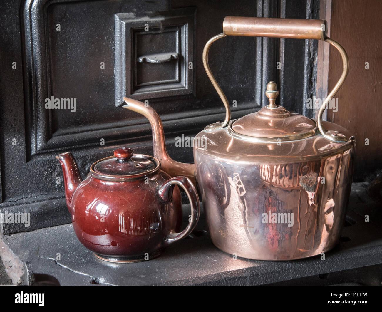 https www alamyimages fr photo image bouilloire et theiere en cuivre poli sur l ancienne gamme 126391221 html