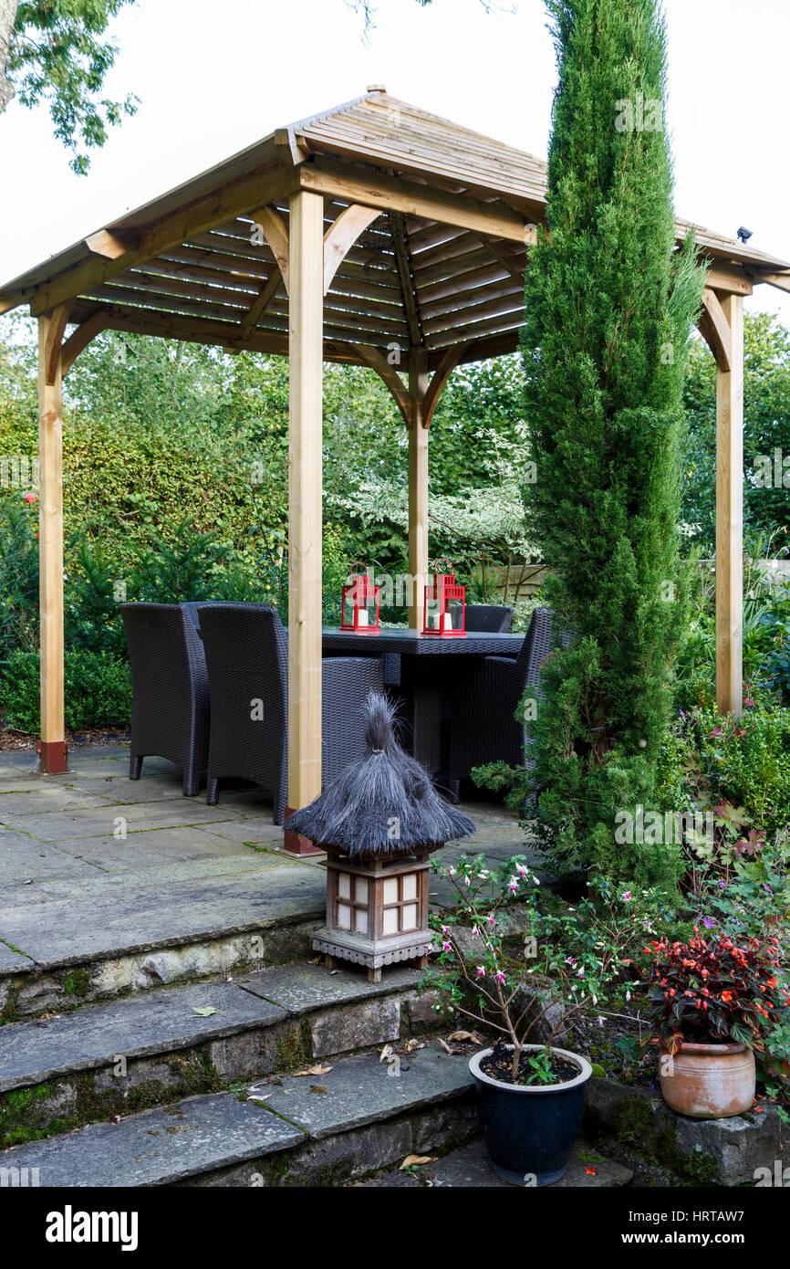 https www alamyimages fr photo image le jardin de jackie healy pres de chepstow au debut de l automne jardin pergola en bois de style japonais nuances table a manger dans le patio 135145059 html