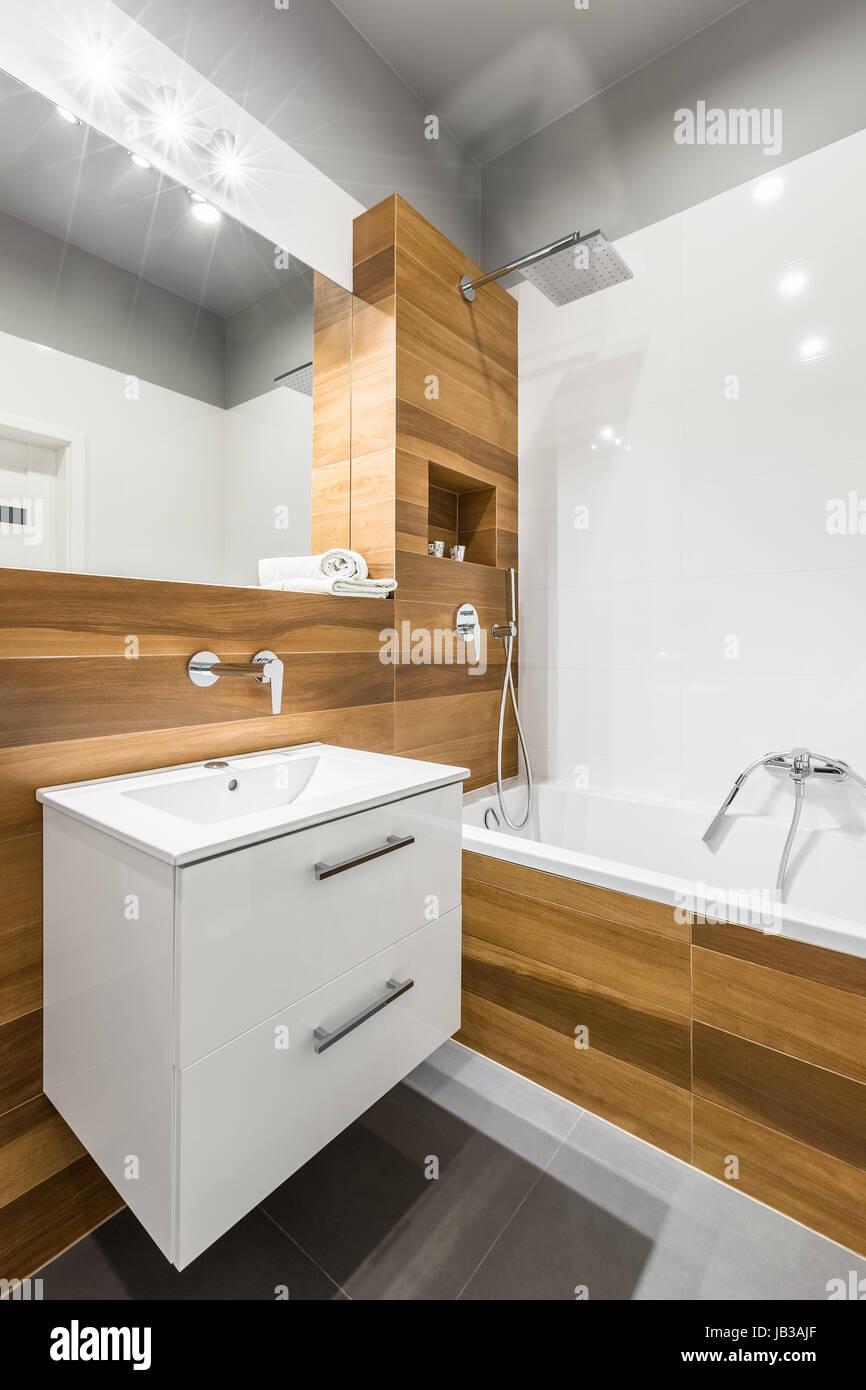 Salle De Bains Avec Carrelage Blanc En Bois Miroir Et Baignoire Photo Stock Alamy