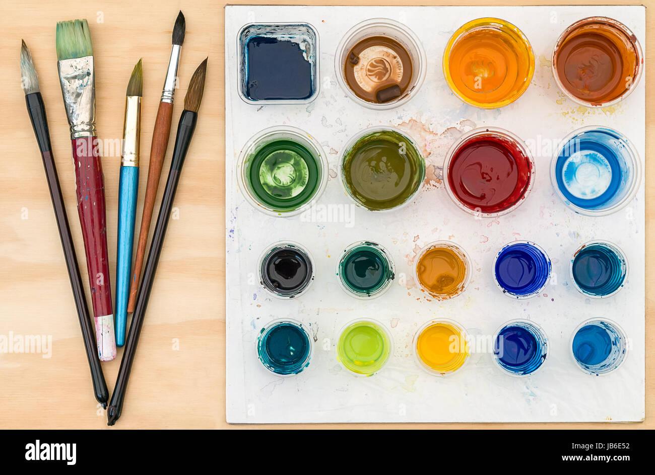 Pinceaux Et Palette De L Artiste Avec La Peinture Acrylique Sur Fond De Bois Photo Stock Alamy
