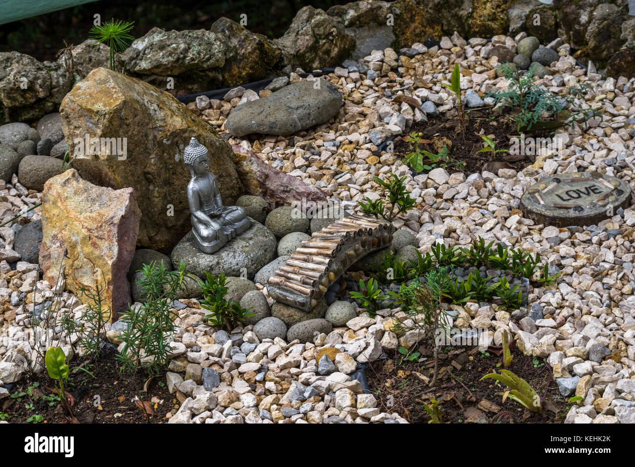 https www alamyimages fr photo image idees jardin jardin zen stone avec petite statue de bouddha assis 163886651 html