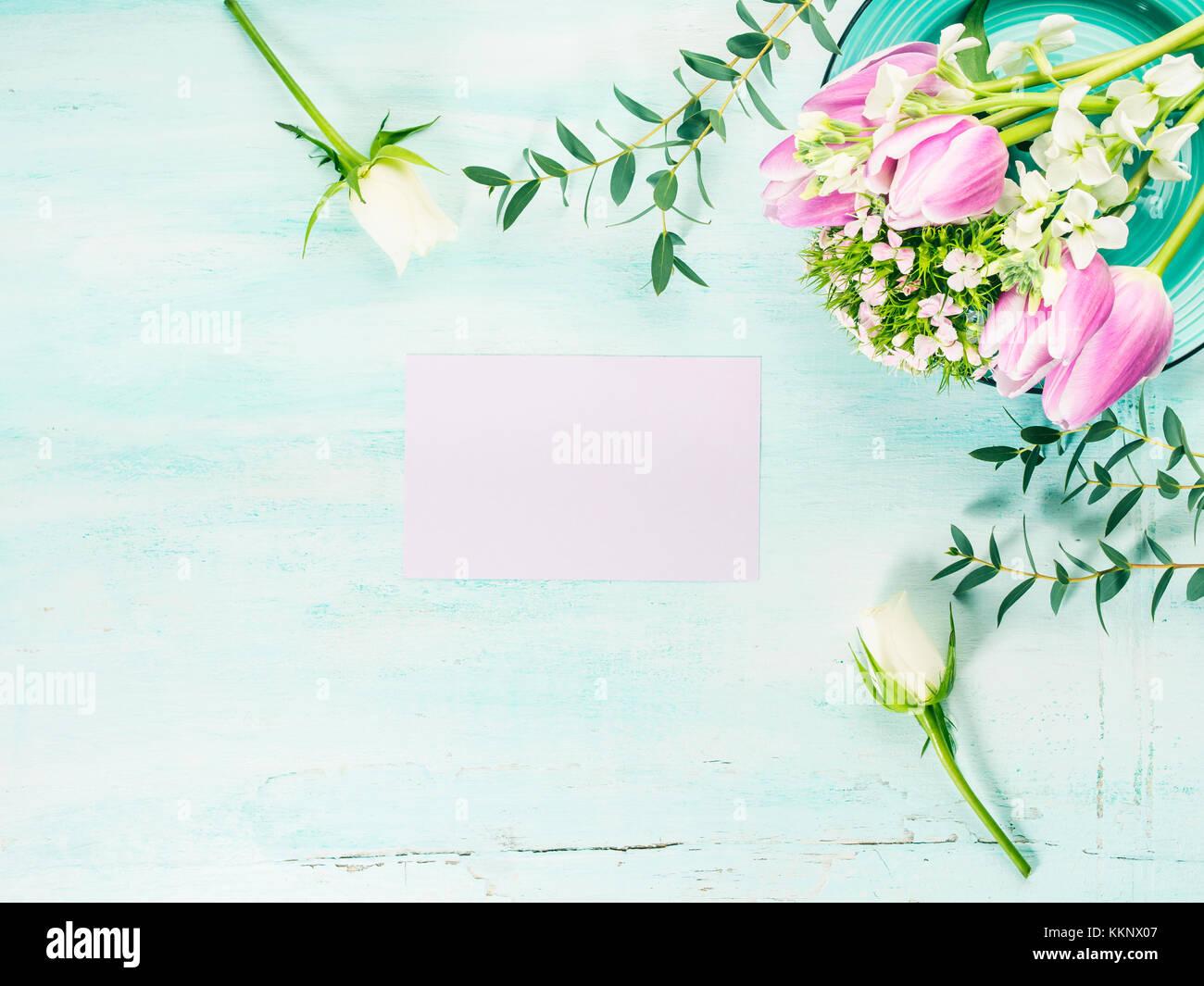 https www alamyimages fr photo image carte mauve vide tulipes fleurs roses fond couleur pastel du printemps vacances de paques invitation anniversaire de mariage 167053159 html